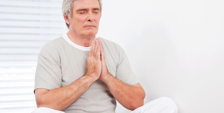 Senior bei entspannter Meditation